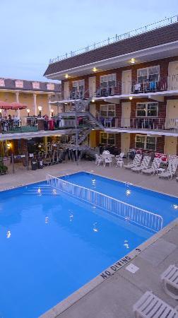 Victorian Motel: Pool