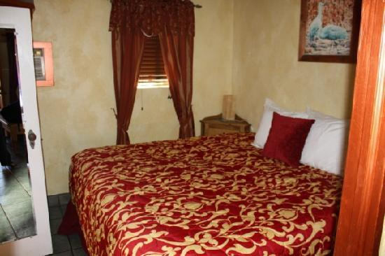 Riverbend Hot Springs: Very comfy king size bed