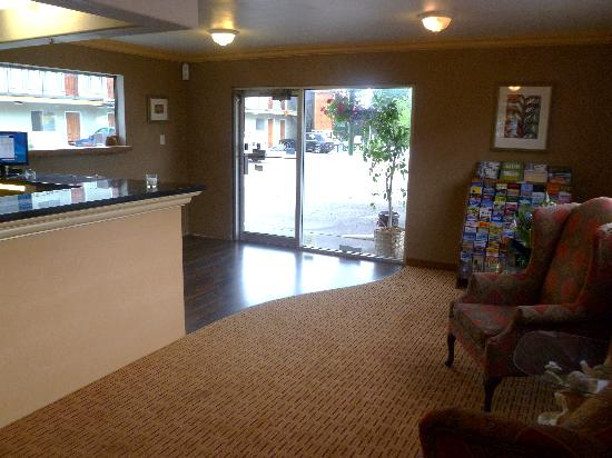 Cameo Motel: Front Desk