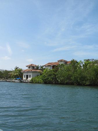 Sante Wellness Retreat: Approaching Sante by boat