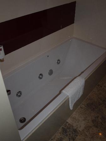 badezimmer mit whirlpool - picture of mediterranean bay hotel, el, Badezimmer