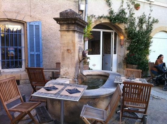 Lourmarin, Fransa: the choice tables near the fountain