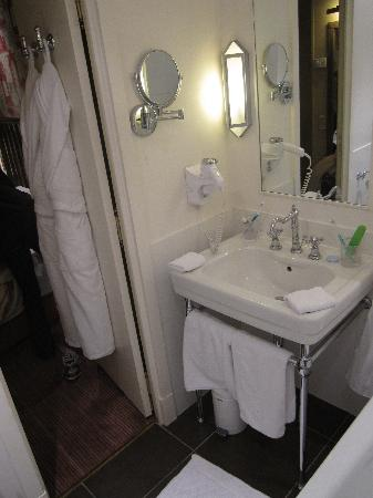 Hotel Arioso: Bathroom with fluffy robe and slippers on the door