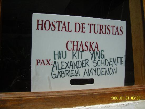 Hostal Chaska: 在店前會掛上已預定房間的旅客名字