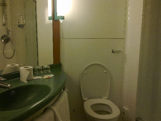Ibis London Excel Docklands : Bathroom Ibis hotel