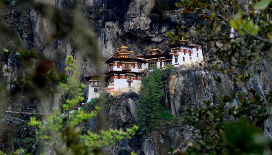 Taktsang Palphug Monastery: View from the end of the footpath