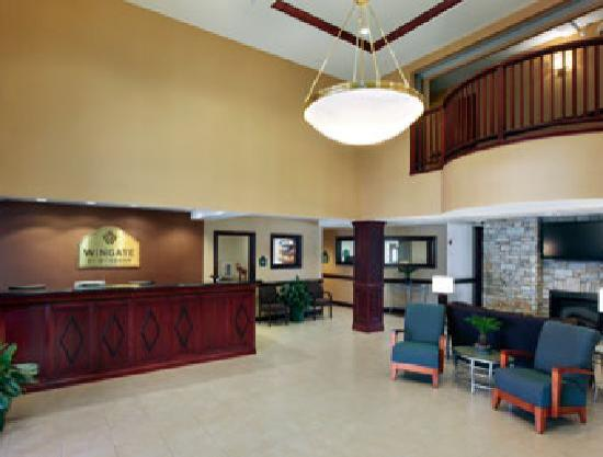 Wingate by Wyndham Southport: Lobby
