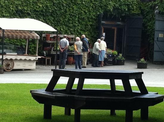 Low Sizergh Barn Tea Room: beautiful outside seating