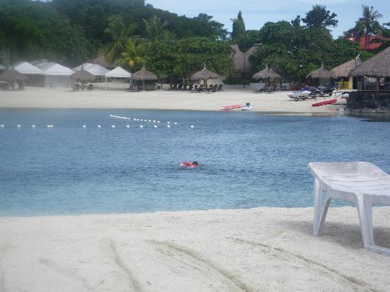 Bluewater Maribago Beach Resort: 対岸からホテルとそのビーチを望む