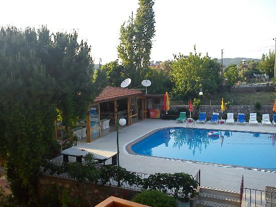 Gonul Hotel: Hotel/bar/pool in early evening