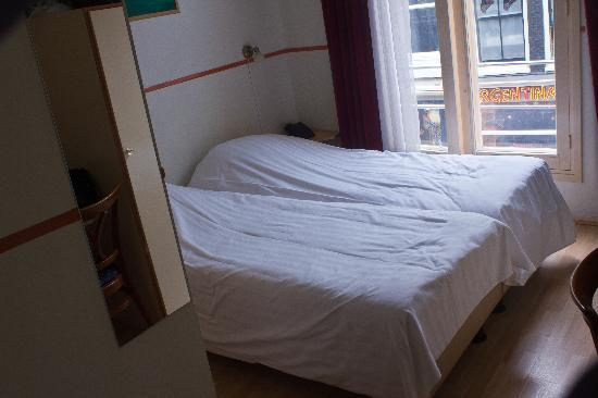 Doria Hotel Amsterdam: Another view of the room from the doorway. Tiny and claustrophobic.