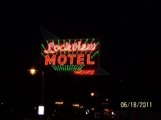 Askwith Lockview Motel: Sign - Night time
