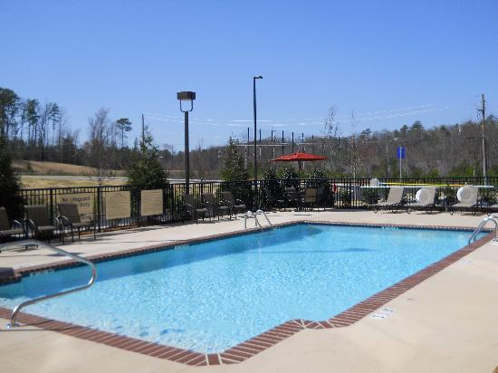 Hampton Inn & Suites Birmingham/280 East-Eagle Point: sparkling pool with tranquil views
