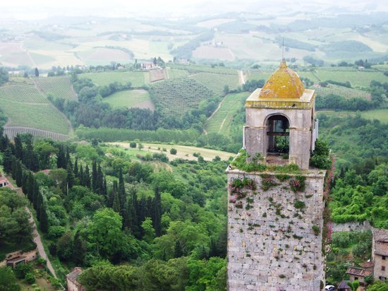 San Gimignano, Italië: View over Tuscany from Torre Grossa after rainstorm