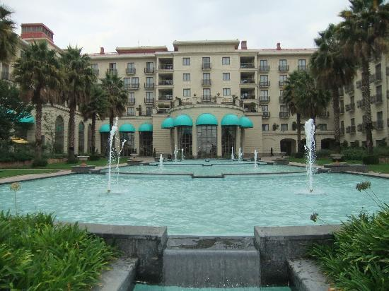 Sheraton Addis, a Luxury Collection Hotel: Hotel fountain