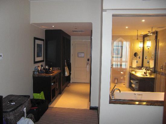 Movenpick Ibn Battuta Gate Hotel Dubai : Bathroom with Glass window