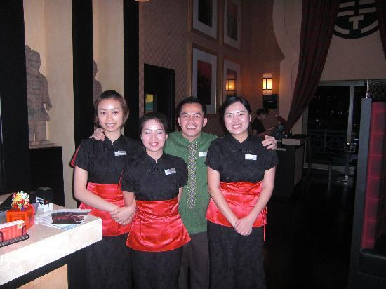 Movenpick Ibn Battuta Gate Hotel Dubai : Staff at the Chinese Resturant