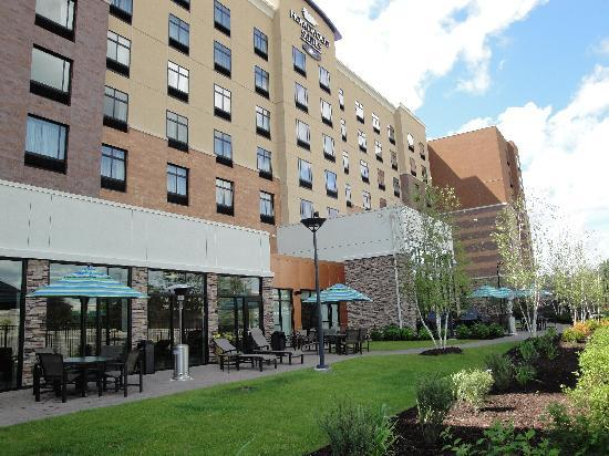 Homewood Suites Minneapolis - St Louis Park at West End: Great Outdoor patio connected to Lodge, Indoor Pool, Meeting Room and Outdoor sport court. Grill