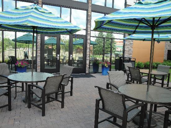 هوم وود سويتس باي هيلتون سان لويس بارك: Outdoor patio with gas grills for guests' use.