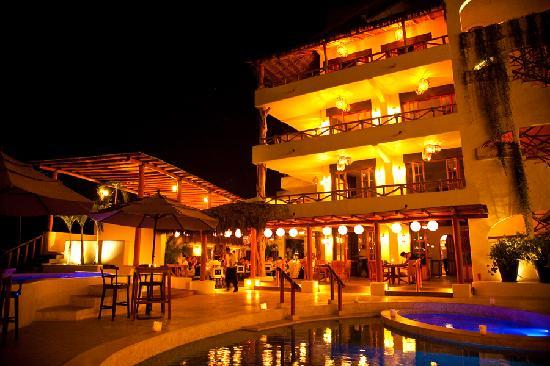Hotel Playa Fiesta: Hotel At Night