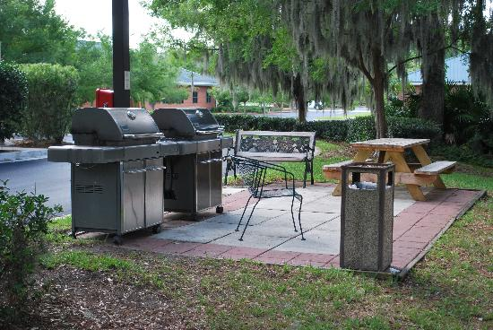 Candlewood Suites Jacksonville: the BBQ area