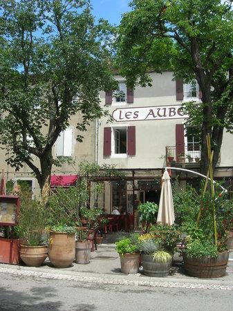 Marsanne, فرنسا: Entrée des Aubergistes sur la Place