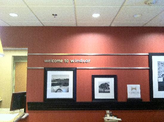 Hampton Inn & Suites Windsor - Sonoma Wine Country: The front desk