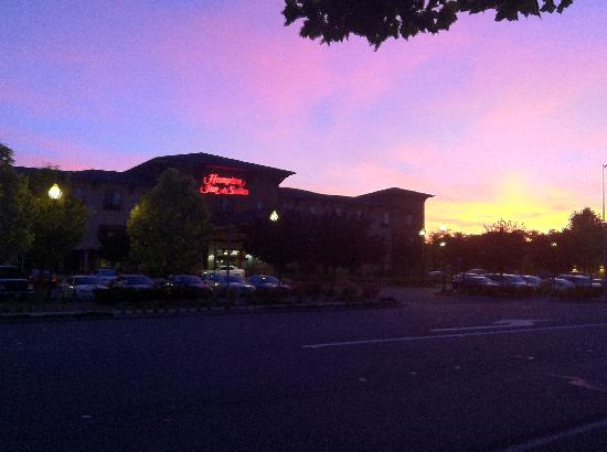 Hampton Inn & Suites Windsor - Sonoma Wine Country: The property at sunset