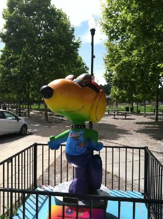 ‪هامبتون إن آند سويتس ويندسور / سونوما: Snoopy statue in Windsor as tribute to Charles Schulz who was from the area‬