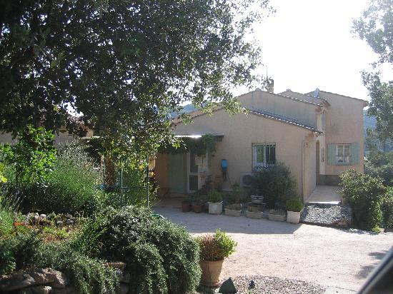 Le Mas Thym de Provence : la propriété depuis son entrée