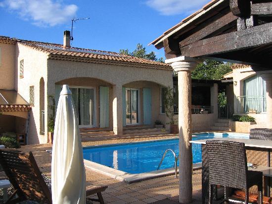 Le Mas Thym de Provence : le salon de plein air avec piscine
