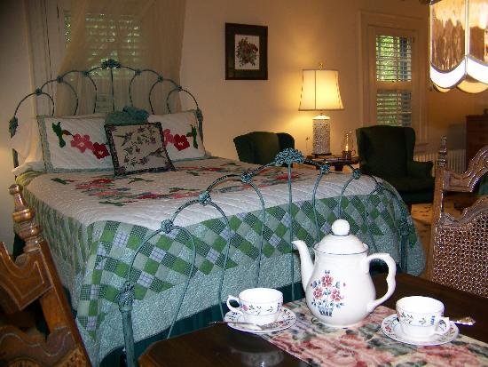 Governor's Trace Bed and Breakfast: Baron de Botetourt room