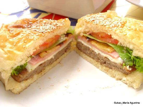 Sukao Bar : hamburguesa con jamón , queso, tomate , lechuga y ananá,  ricoooo!!!