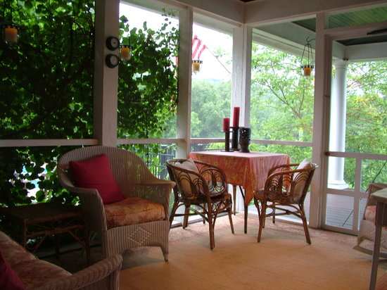 ‪‪Granville‬, ‪Ohio‬: Enjoy a Private, Secluded Breakfast on the Porch - Berllan Glyn Suite - The Welsh Hills Inn‬