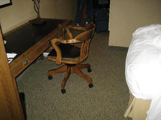DoubleTree by Hilton Libertyville - Mundelein: Desk chair in the way