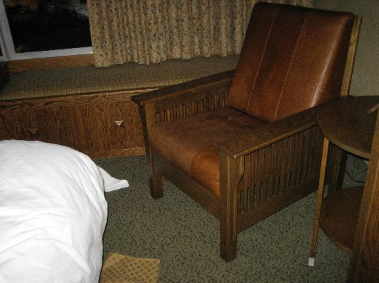 DoubleTree by Hilton Libertyville - Mundelein: No room to move around the beds
