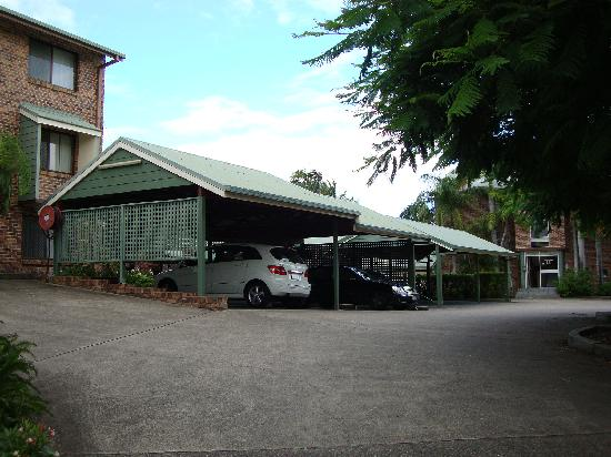 Toowong Villas: covered car park