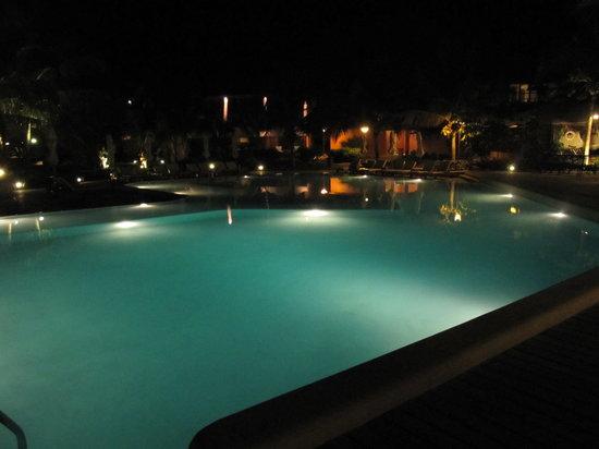 Punta Sal Suites & Bungalows Resort: la piscina by night