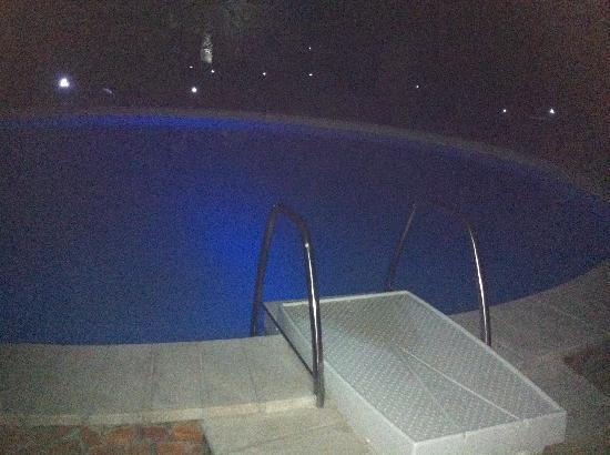 Villa del Borgo Relais: piscina illuminata di notte