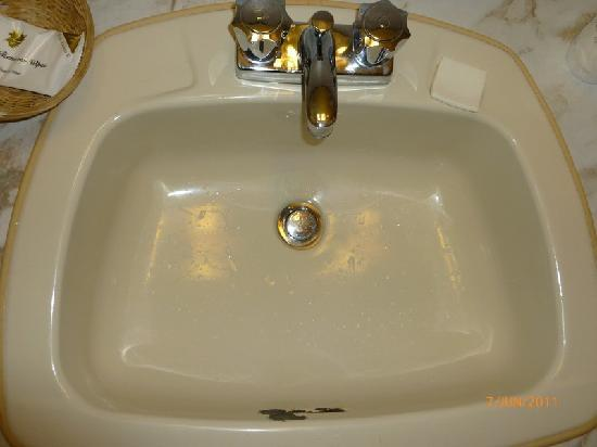 Howard Johnson Inn Downtown Kamloops: Bathroom Sink