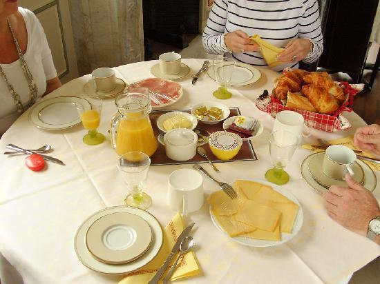 La Renardiere: Breakfast is served!