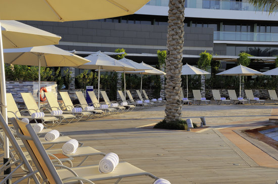 Park Inn by Radisson Abu Dhabi Yas Island: Pool area