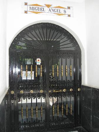 Miguel Angel Apartments: Entrance door