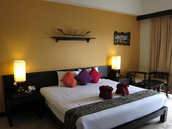 Krabi La Playa Resort: Double bed with table and chairs at the side