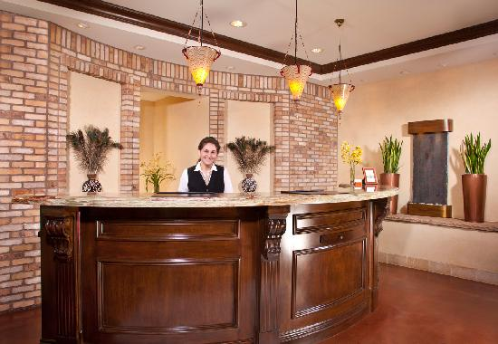 Ayres Hotel Chino Hills: Welcoming front desk