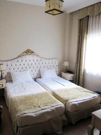 Adora Hotel: Twin beds, room 203