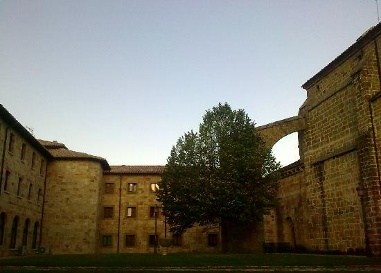 Yesa, Espagne : inner courtyard of guest house