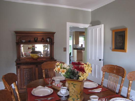 The Turret House Bed & Breakfast : Enjoy homemade breakfast in this bright and cheerful dining room.