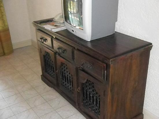 St. George's Bay Country Club: Living room cabinet