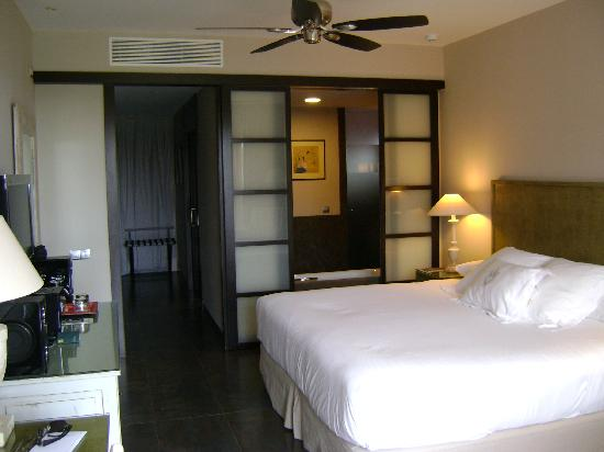 Barcelo Asia Gardens Hotel & Thai Spa: bedroom with sliding panel view into bathroom